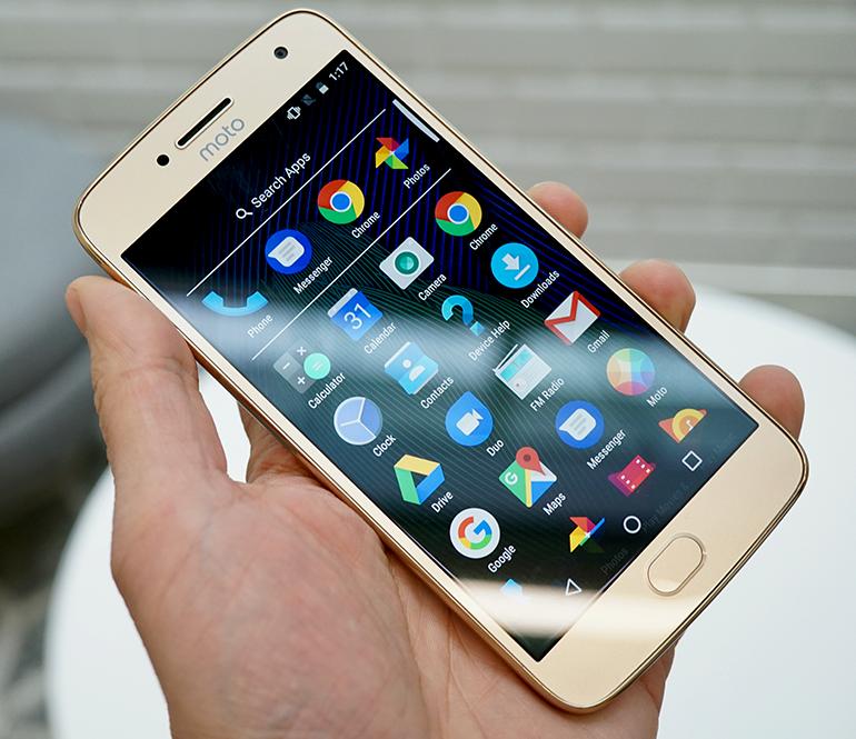 Motorola Moto G5 review in hand front apps